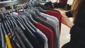 Mujer de las compras Manos del comprador que miran metrajes