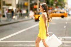 Mujer de las compras que camina afuera en New York City Imágenes de archivo libres de regalías