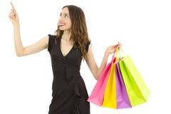 Mujer de las compras que señala al espacio de la copia imágenes de archivo libres de regalías