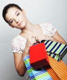 Mujer de las compras que sostiene bolsos Imagen de archivo libre de regalías