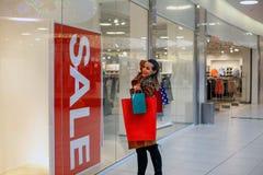 Mujer de las compras que sostiene bolsos de compras shopaholic Imagenes de archivo