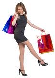 Mujer de las compras que sostiene los bolsos, aislados en blanco Imagen de archivo
