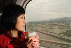 Mujer de las hojas de ruta (traveler) Foto de archivo libre de regalías