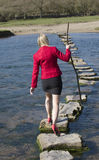 Mujer de las progresiones toxicológicas que camina a través del río Imagen de archivo libre de regalías