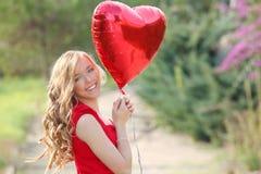 Mujer de las tarjetas del día de San Valentín Imagenes de archivo