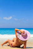 Mujer de las vacaciones de verano en la playa Fotos de archivo libres de regalías