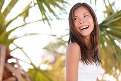 Mujer de las vacaciones en la playa Foto de archivo libre de regalías