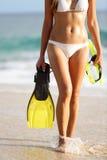 Mujer de las vacaciones y del concepto del viaje de los días de fiesta de la playa Imagen de archivo libre de regalías