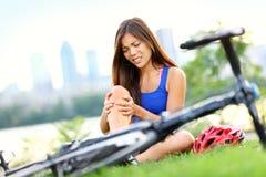 Mujer de lesión de la bici del dolor de la rodilla Imágenes de archivo libres de regalías