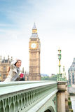 Mujer de Londres feliz por Big Ben Fotos de archivo libres de regalías