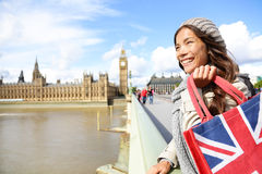 Mujer de Londres que sostiene el panier cerca de Big Ben Imagen de archivo