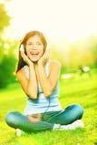 Mujer de los auriculares de la música en parque Imágenes de archivo libres de regalías