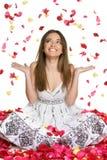 Mujer de los pétalos de la flor Imágenes de archivo libres de regalías