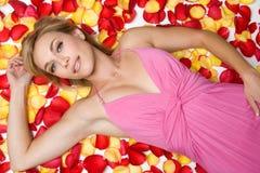 Mujer de los pétalos de Rose Imagen de archivo