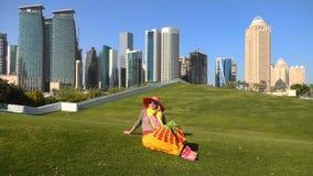 Mujer de los rascacielos de Doha almacen de metraje de vídeo