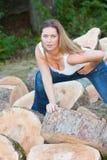 Mujer de los troncos de árbol Imagen de archivo libre de regalías