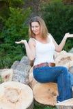 Mujer de los troncos de árbol Fotos de archivo libres de regalías
