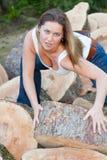 Mujer de los troncos de árbol Foto de archivo libre de regalías