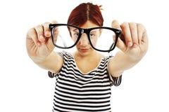 Mujer de los vidrios que muestra gafas Fotos de archivo