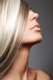 Mujer de lujo con el pelo rubio largo Imágenes de archivo libres de regalías