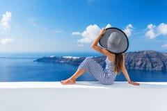 Mujer de lujo del hotel de Oia del destino de las vacaciones de Europa fotografía de archivo libre de regalías