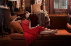 Mujer de lujo en el sofá Imagenes de archivo