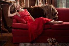 Mujer de lujo en el sofá Foto de archivo libre de regalías