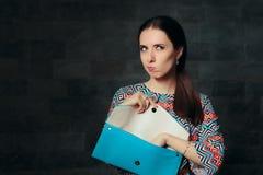 Mujer de lujo infeliz que comprueba el bolso vacío interior imágenes de archivo libres de regalías