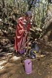 Mujer de Maasai que trae el agua que lleva del en, Kenia Fotografía de archivo libre de regalías