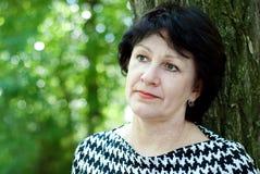 Mujer de mediana edad al aire libre Foto de archivo libre de regalías