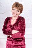Mujer de mediana edad con los brazos cruzados Imagenes de archivo