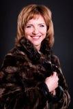 Mujer de mediana edad en un abrigo de pieles Foto de archivo