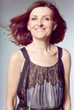 Mujer de mediana edad feliz con el pelo rizado. Imágenes de archivo libres de regalías