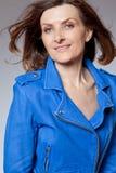 Mujer de mediana edad feliz en chaqueta azul. Imagen de archivo libre de regalías