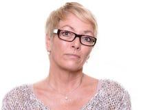 Mujer de mediana edad severa desconfiada Fotos de archivo