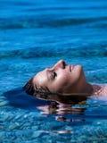 Mujer de mentira en el mar Imagenes de archivo