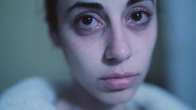 Mujer de mirada triste misma con los rasgones en sus ojos almacen de video