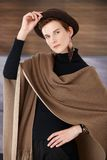 Mujer de moda con el accesorio de moda Imagen de archivo libre de regalías