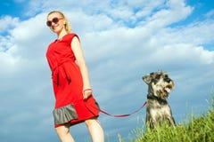 Mujer de moda con el perro Foto de archivo libre de regalías