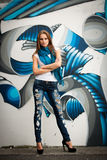 Mujer de moda con graffitti blured en fondo Imagen de archivo