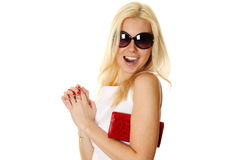 Mujer de moda con las gafas de sol que sostienen el bolso rojo Fotografía de archivo libre de regalías