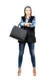 Mujer de moda confiada joven que presenta con los brazos cruzados fotografía de archivo libre de regalías