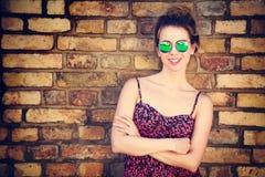Mujer de moda de la moda en la pared de ladrillo Fotos de archivo libres de regalías