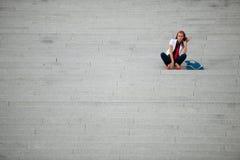 Mujer de moda del estilo del blog en la presentación de las escaleras Foto de archivo