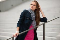Mujer de moda del estilo del blog en la presentación de las escaleras Fotografía de archivo
