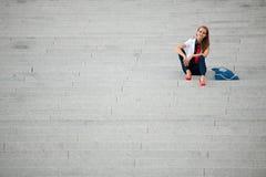 Mujer de moda del estilo del blog en la presentación de las escaleras Foto de archivo libre de regalías