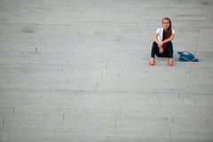 Mujer de moda del estilo del blog en la presentación de las escaleras Imagen de archivo libre de regalías