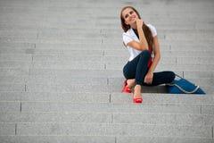 Mujer de moda del estilo del blog en la presentación de las escaleras Imagenes de archivo
