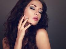 Mujer de moda del maquillaje con el pelo rizado largo, ojos cerrados, creatina Foto de archivo libre de regalías