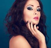 Mujer de moda del maquillaje con el pelo y el creativ rizados largos del volumen Fotos de archivo libres de regalías